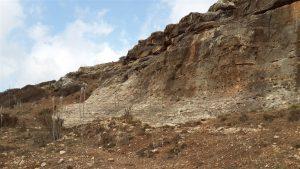 המצוק של תצורת דיר-חנא במדרון המזרחי של גבעת יודפת העתיקה. צילום: אבי שמידע ©
