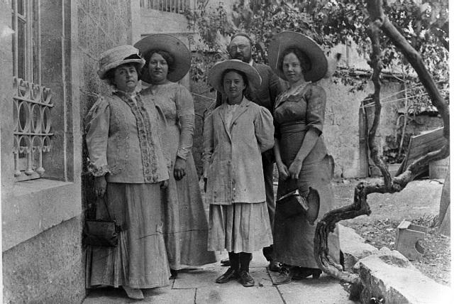 """צילום שצילם אהרנסון כנראה ב-1911 ברחוב החבשים בירושלים. בתמונה: ד""""ר נפתלי ויץ, אשתו ד""""ר חנה ויץ, הרופאה היהודיה הראשונה בא""""י, בתם לאה ויץ, שרה ורבקה אהרנסון."""