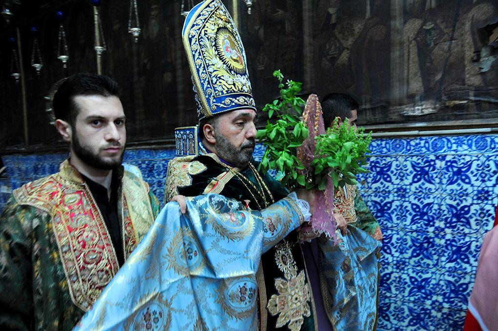 הפטריארך הארמני נושא שריד של הצלב הקדוש עטור בצמחי ריחן בטקס בכנסיית יעקב הקדוש צילם: דנצ'ו ארנון