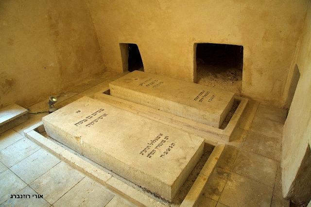 קבריהם של אוסישקין ופינסקר במערת הקבורה מימי בית שני, לאחר שיפוץ האתר. צילם: אורי רוזנברג©