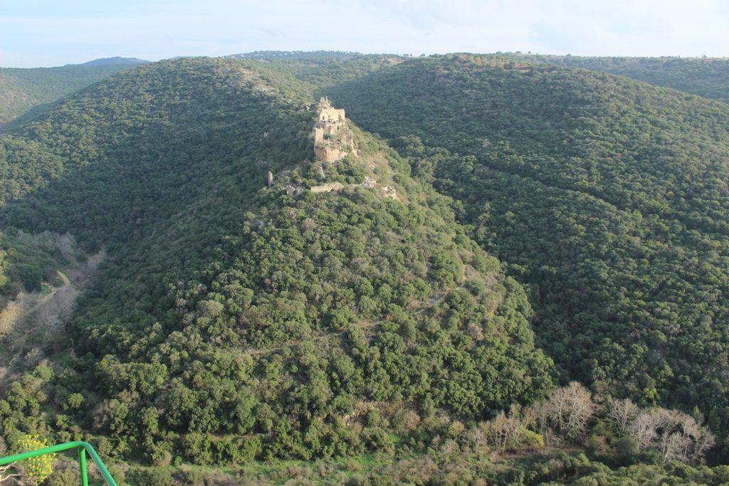 מדרונות צפוניים בנחל כזיב ומבצר המונפור - מבט מפארק גורן. צילם: איתן שפירא ©