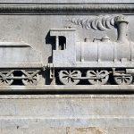 תבליט באבן של קטר באנדרטה לזכר פייסל. צילם: עוזי פז©